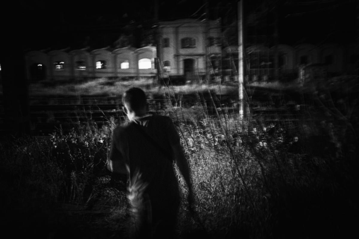 De noche y sigilosamente G. entra en la estación de trenes para posteriormente pintar alguno de los trenes que dejan aparcados durante la noche.