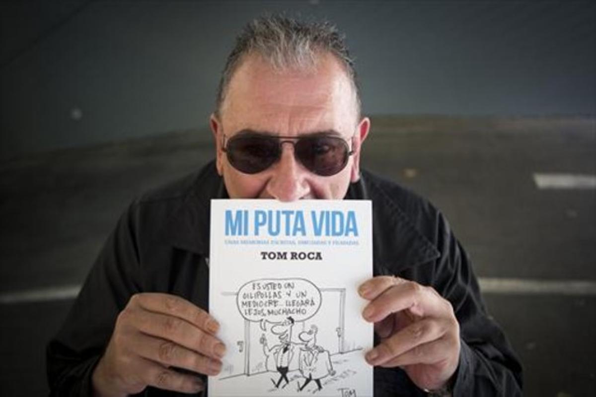 El humorista Tom Roca, con un ejemplar de su libro 'Mi puta vida', esta semana, en Barcelona.