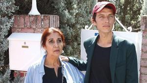 Camilo Blanes y su madre, Lourdes Ornelas, el 10 de septiembre a la entrada del chalet de Torrelodones.