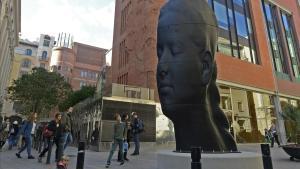 'Carmela', la escultura de Jaume Plensa instalada en la puerta del Palau de la Música.