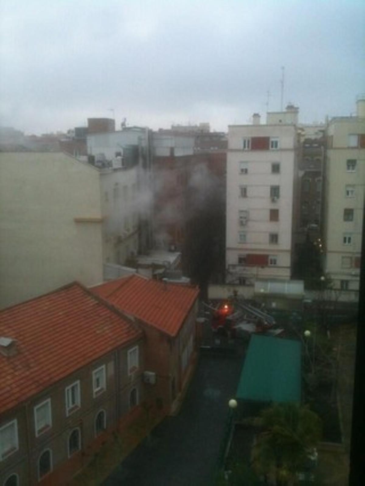 El humo sale de las dependencias de la Clínica La Milagrosa de Madrid, esta mañana.