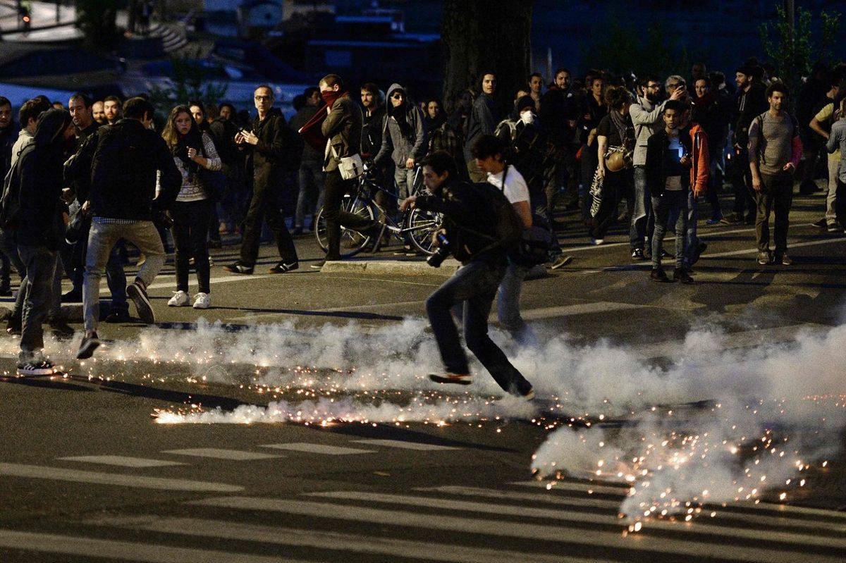 Disturbios en Francia en protesta por la decisión del Gobierno de aprobar la reforma laboral mediante un decreto.