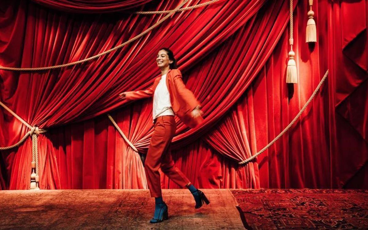 Marina Testino y su traje rojo.