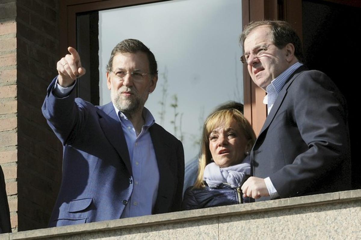 El presidente del PP, Mariano Rajoy (izda), junto al presidente de la Junta de Castilla y León, Juan Vicente Herrera, y la presidenta de la Diputación de León, Isabel Carrasco, en el 2011.