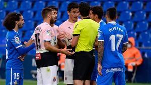 Munuera Montero expulsa a Bernardo en el partido ante el Getafe.