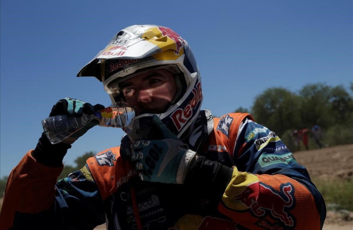 El piloto austríaco, Matthias Walkner,bebe agua en la llegada de la segunda etapa enSan Miguel de Tucuman.