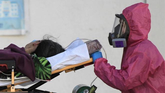 Un trabajador sanitario introducea una paciente enferma de covid-19 al Hospital General de Ciudad Juárezen el estado de Chihuahua (México).