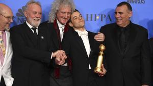 Brian May (centro de la imagen), junto a Rami Malek, Jim Beach, Roger Taylar y Graham King, durante la gala de los Globos de Oro.