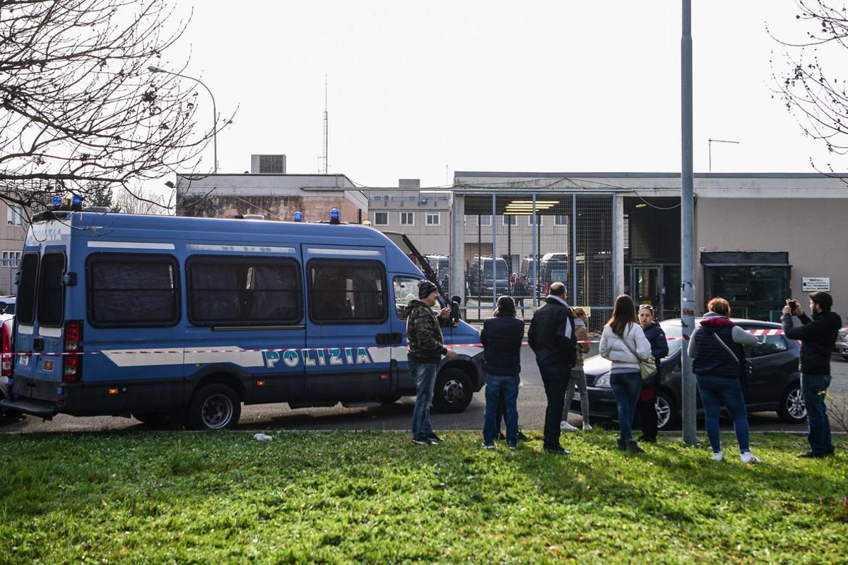 Familiares de reclusos de la cárcel de Modena, este domingo frente al centro penitenciario.