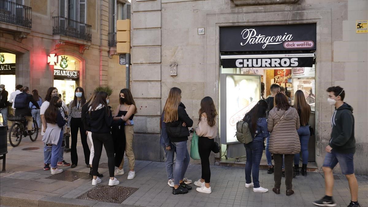 Ambiente en las calles del centro de Barcelona, este sábado al atardecer.