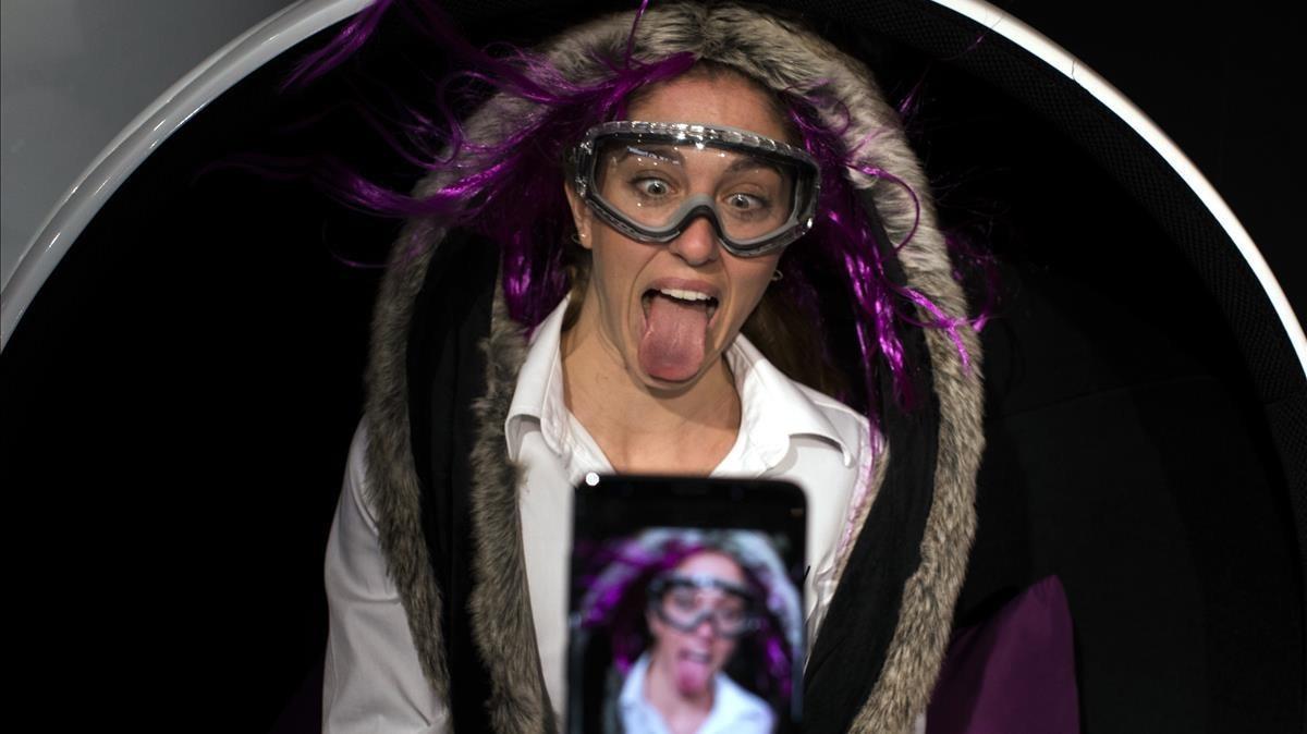 Una chica se hace un selfi con el nuevo Samsung Galaxy 9, en el Mobile World Congress, este lunes.
