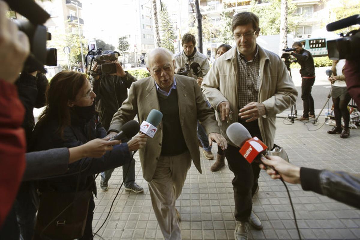 Jordi Pujol, rodeado de periodistas, ayer, a las puertas de su casa en la ronda del General Mitre.