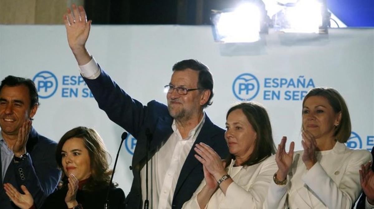 Rajoy, junto a otros miembros del PP, en la sede del partido durante la noche electoral.