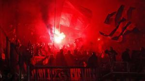 Imagen de una bengala encendida en el estadio del Lyon durante el partido en el Olympique y el FC Barcelona de la Champions el pasado 19 de febrero.
