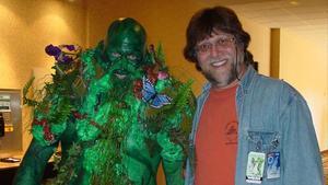 Len Wein, junto a la recreación de uno de los personajes que creó para el cómic, La Cosa del Pantano.