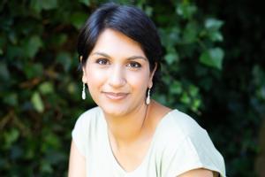 Angela Saini, periodista británica autora de Superior. El retorno del racismo científico (Círculo de Tiza, 2021)