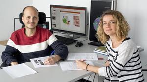 Los investigadores Anna Labernadie y Xavier Trepat,del IBEC (Institut de Bioenginyeria de Catalunya),que han descubierto quelas células tumorales secuestran las células sanas para promover la metástasis.