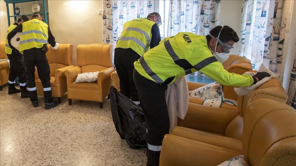 Miembros del Ejército desinfectanuna residencia de ancianos.