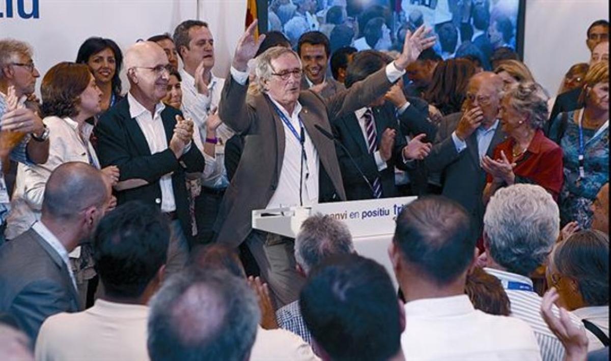 Xavier Trias, vencedor, rodeado por Duran Lleida, Artur Mas y Jordi Pujol, y su equipo del grupo municipal, en el Hotel Majestic, anoche.
