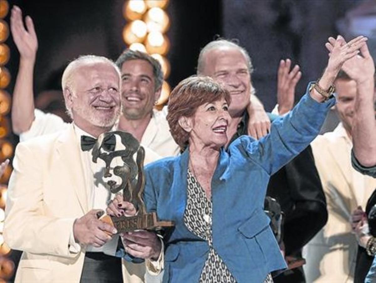 Concha Velasco saluda al público, la noche del jueves, con el galardón en la mano junto a Juan Echanove, con Unax Ugalde y Lluís Homar, detrás.
