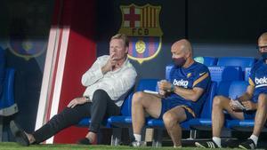 Ronald Koeman, en el banquillo durante el amistoso frente al Nàstic.