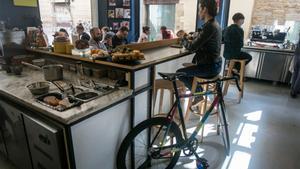 Satan's Coffee Corner. Tienen normas contra los carritos de bebé, pero no contra las bicis. Vienen más clientes con bicicletas que sin, asegura su dueño.