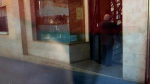 El rector de Constantí, de espaldas, entrando en el centro parroquial.