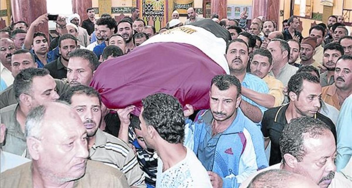 Funeral de un policía egipcio muerto la semana pasada en el Sinaí.