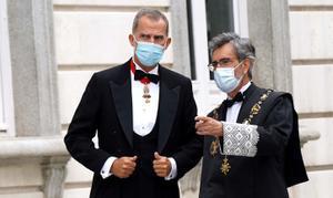El Rey Felipe VI y el actual presidente del Tribunal Supremo, Carlos Lesmes, a su llegada al Tribunal Supremo