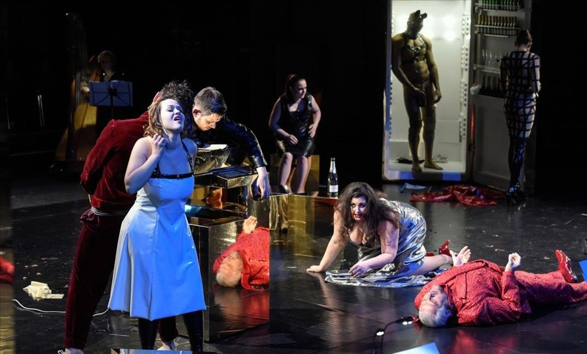 Una escena de la ópera de cámara 'Satyricon', de Bruno Maderna, en una nueva producción estrenada en el Festival de Pascua de Salzburgo.