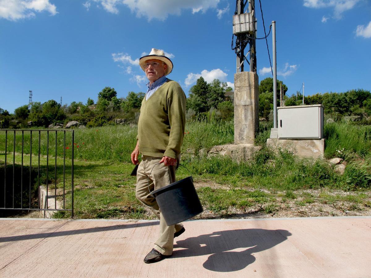 Virginio, vecino de Aguilar de Segarra, camino de su casa después de tirar la basura.
