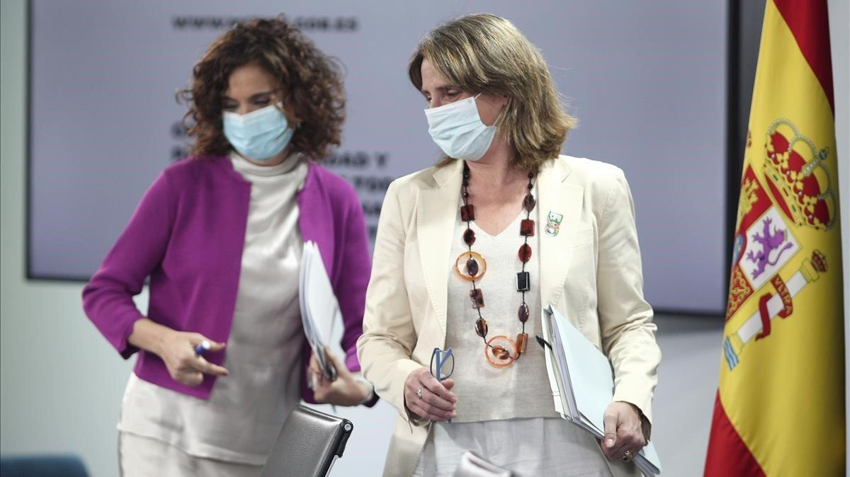 La ministra portavoz y de Hacienda, María Jesús Montero, y la vicepresidenta para la Transición Ecológica y el Reto Demográfico, Teresa Ribera, tras el Consejo de Ministros.