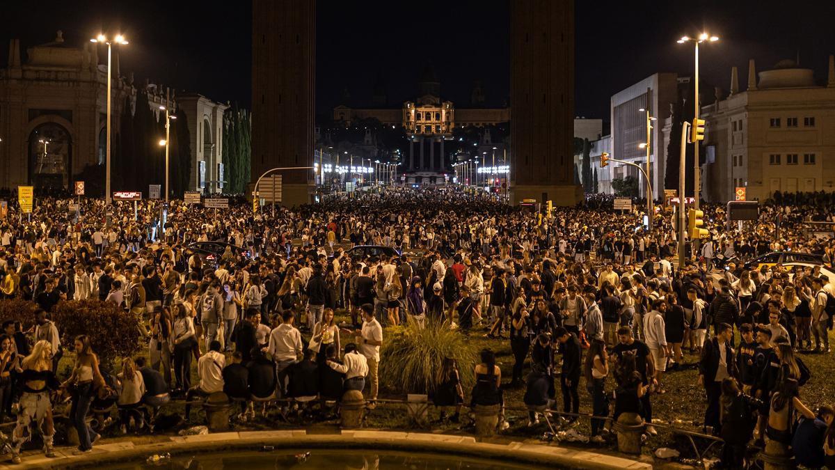 Concentración de jóvenes en la avenida María Cristina en el primer día de la Festa Major de Barcelona.