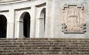Escudo franquiesta en la entrada de la basílica del Valle de los Caídos.