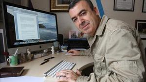 Lorenzo Silva, a l'estudi de casa seva, a Viladecans.
