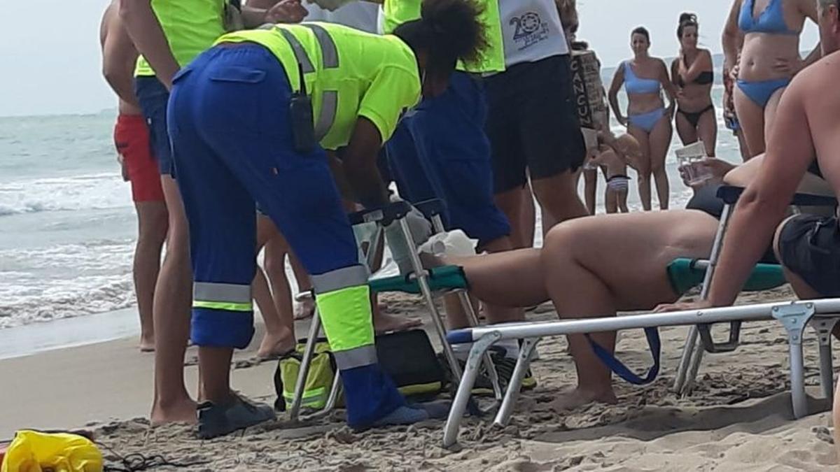Los socorristas atienden a la mujer de la mordedura de un pez de grandes dimensiones.