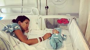 Una madre durmiendo junto al bebé en una cama-cuna en el Hospital de Sant Pau.