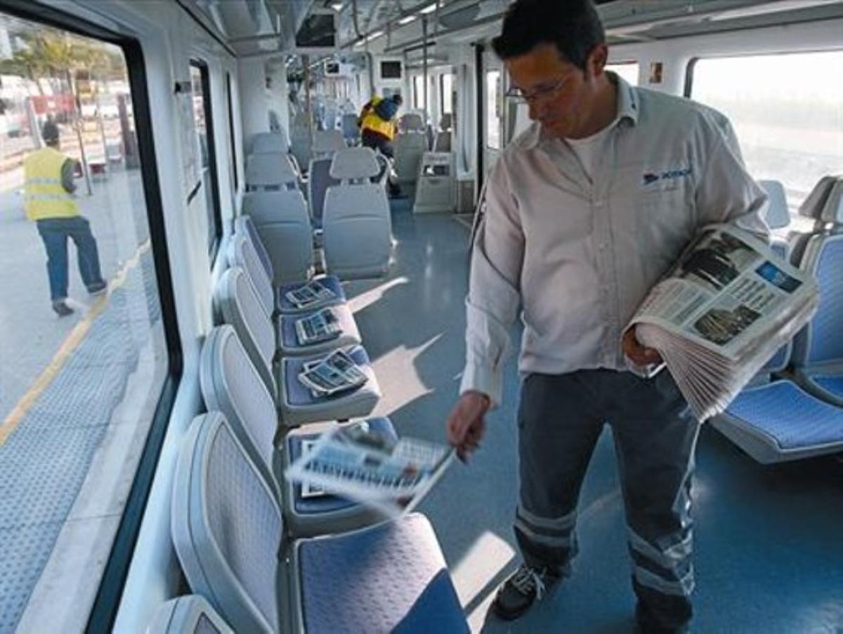 LA DIFERENCIA 3 A la izquierda, un lector compra EL PERIÓDICO en un quiosco de Barcelona. A la derecha, reparto gratuito de ejemplares de La Vanguardia en un tren.