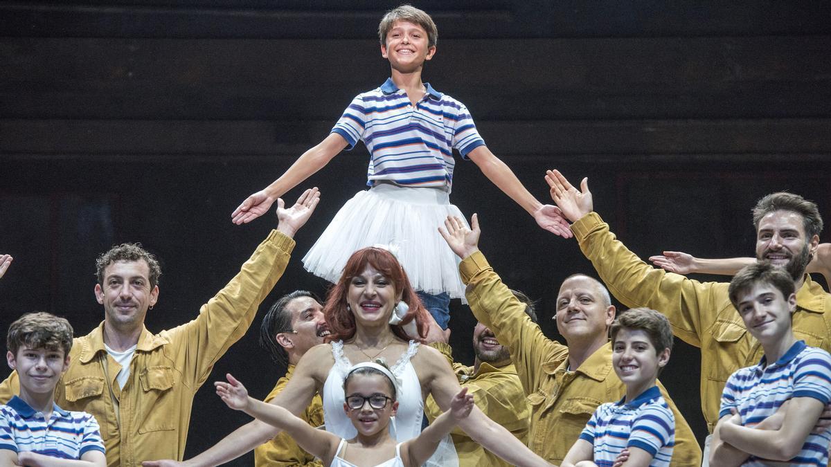 Cuatro de los cinco intérpretes que encarnan al protagonista de 'Billy Elliot' posan en el Teatro Victòria junto a otros actores del musical.
