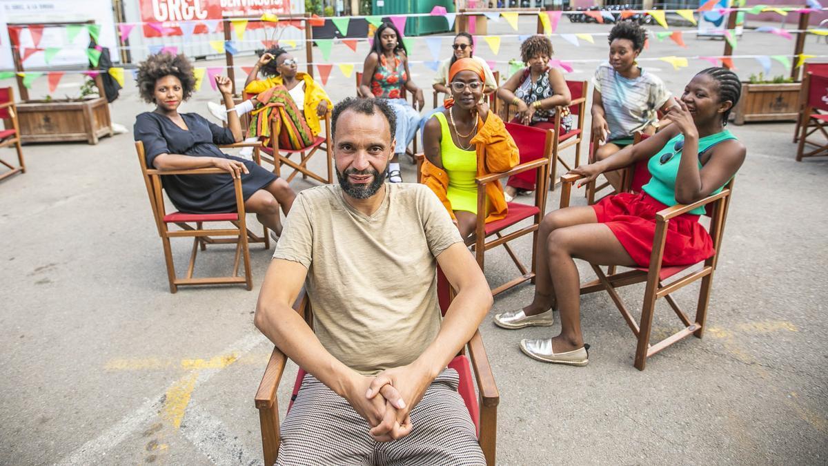 El director Junior Mthombeni con las intérpretes de 'Dear  Winnie' detrás.