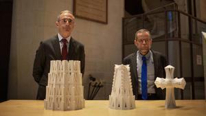El director general de la Junta Constructora de laSagradaFamília, Xavier Martínez (izquierda), y el arquitecto director del templo, Jordi Fauli, explican las próximas construcciones previstas en la Sagrada Família.