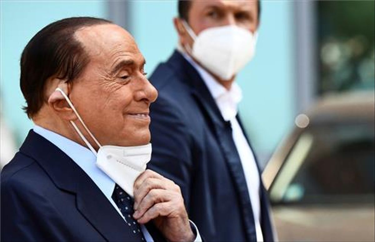 El exprimer ministro italiano Silvio Berlusconi se ajusta la máscarilla al salir del hospital San Raffaele de Milán en septiembre.
