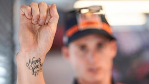 Pol Espargaró (KTM) muestra orgulloso, en Motorland, su tatuaje nunca te rindas.