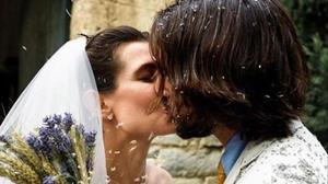Carlota Casiraghi y Dimitri Rassam se besan a la salida de la iglesia, antesus invitados y bajo una lluvia de arroz.