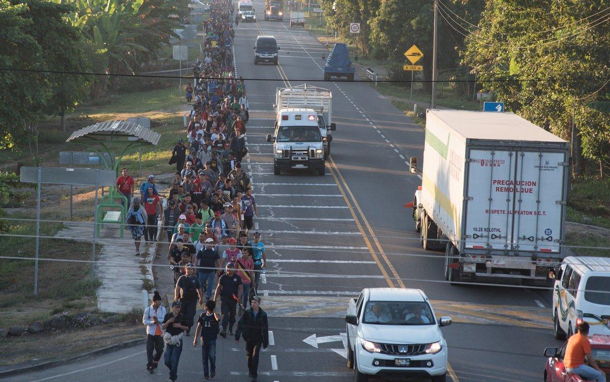 Más de 2 000 migrantes hondurenos entraron en caravana a Méxicosin seguir la petición de las autoridades migratorias de esperar en la frontera con Guatemala a recibir la tarjeta por razones humanitariasun trámite que síestácumpliendo otro millar de personasEFE Rodrigo Pardo