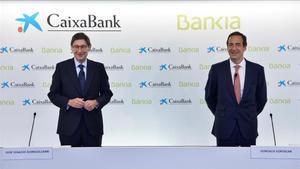 Jose Ignacio Goirigolzarri (izquierda)y Gonzalo Gortazar, presidente y consejero delegado, respectivamente, de la nueva CaixaBank, durante la rueda de prensa para presentar el acuerdo de fusion entre Bankia y CaixaBank, el 18 de septiembre.