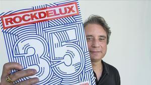 Santi Carrillo, director de 'Rocdelux', muestra el número especial del 35 aniversario de la revista.