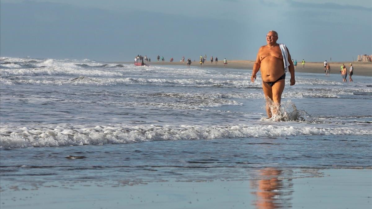 Un hombre pasea por una playa de Gran Canaria este miércoles.