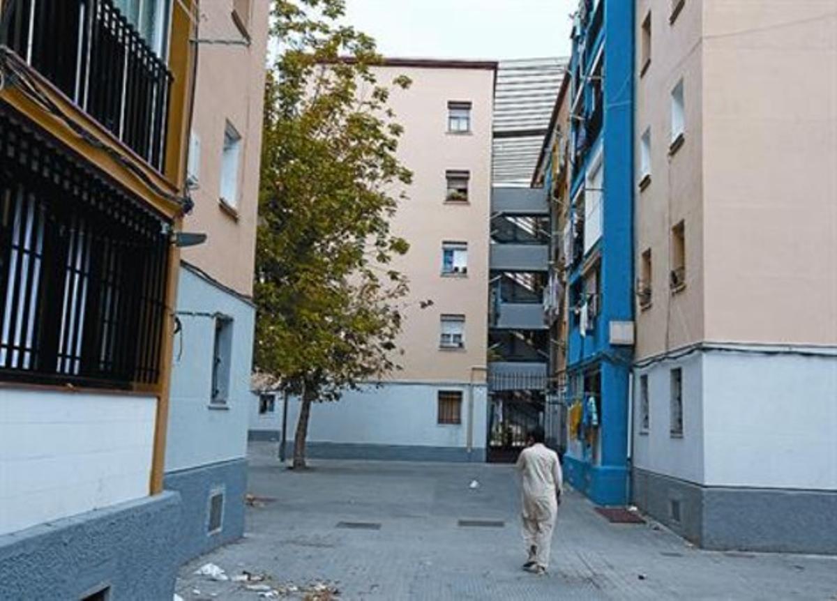 Bloques con pisos 'okupados' en el barrio de Sant Roc.