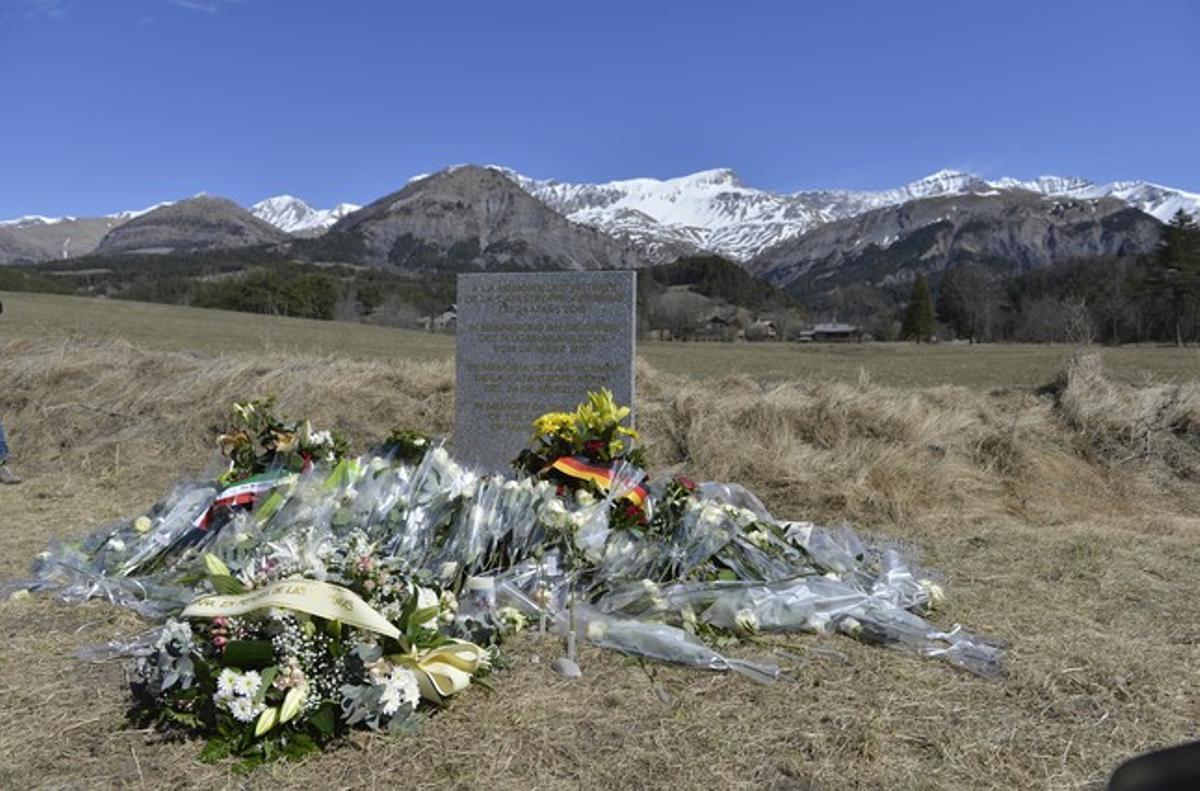 Monolito de homenaje a las víctimas del accidente aéreo en Le Vernet.
